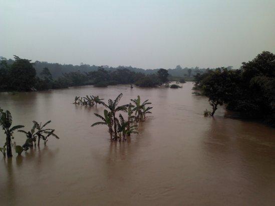 Luapan sungai Cikarang dilihat dari Jembatan Cibening (poros Jalan Raya Pasar Serang - Setu)