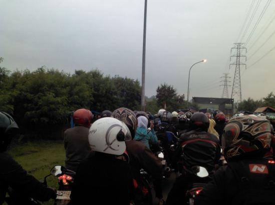 Kemacetan sebelum rakit penyeberangan Cikarang, 16 Januari 2013
