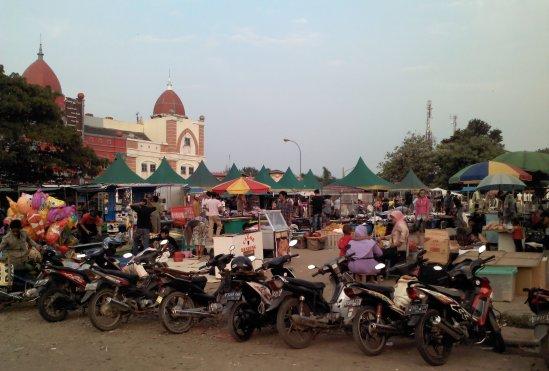Pasar kaget - Kesibukan menata dagangan