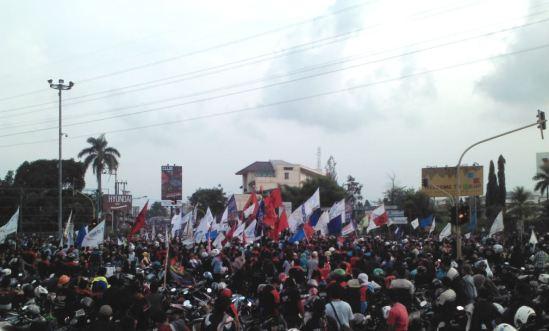 Demo buruh Cikarang menolak kenaikan harga BBM - massa buruh memblokade perempatan Lippo CIkarang