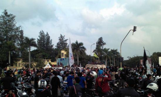 Demo buruh Cikarang menolak kenaikan harga BBM - buruh berkumpul di perempatan Lippo Cikarang/EJIP
