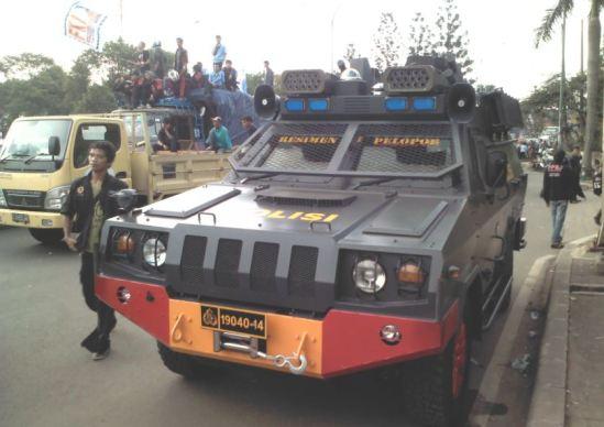 Demo buruh Cikarang menolak kenaikan harga BBM - Rantis milik Resimen Pelopor Brimob