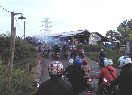 Kemacetan pagi hari di bulan Romadon di dekat Rumah Buruh arah ke MM2100
