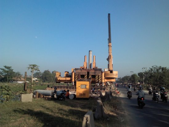Pembangunan akses tol KM 34,7 - Pemasangan tiang pancang untuk jembatan layang di atas jalan raya & sungai Kali Malang dan