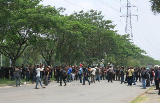 Demo buruh Cikarang 31 Oktober 2013 - Massa IKAPPUD kembali menuju perempatan EJIP Jl. Angsana Raya