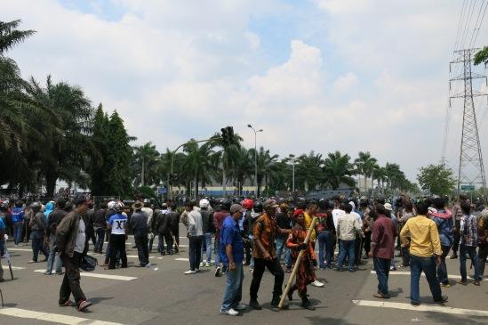 Demo buruh Cikarang 31 Oktober 2013 - Massa buruh dari arah EJIP berhadapan dengan warga