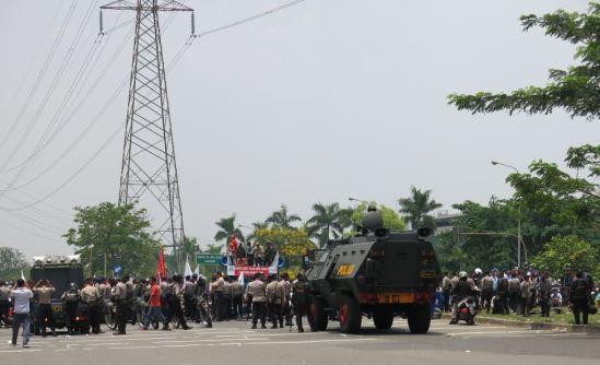 Demo buruh CIkarang 31 Oktober 2013 - Buruh berorasi di perempatan EJIP JL. Angsana Raya