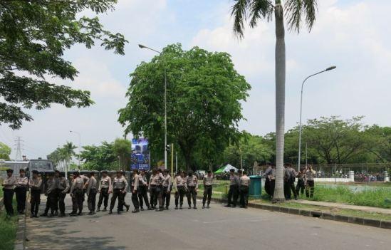 Demo buruh Cikarang 31 Oktober 2013 - Massa buruh menguasai perempatan EJIP Jl. Angsana Raya