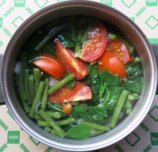 Sayur bayam dan kacang panjang dengan irisan tomat