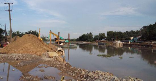 Badan jalan yang tertutup alat berat menjelang Jjembatan Cibet dari arah Cikarang