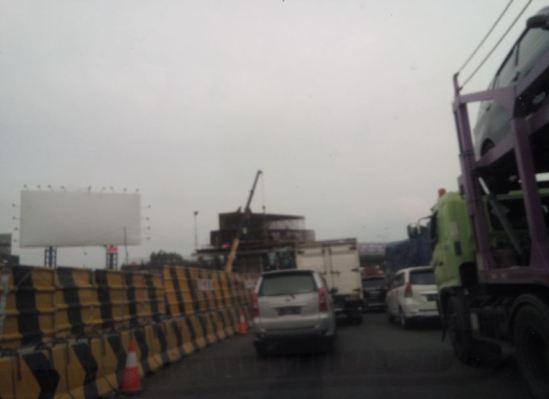 Kemacetan gi GT Cikarang Utama dan pembangunan tiang jembatan